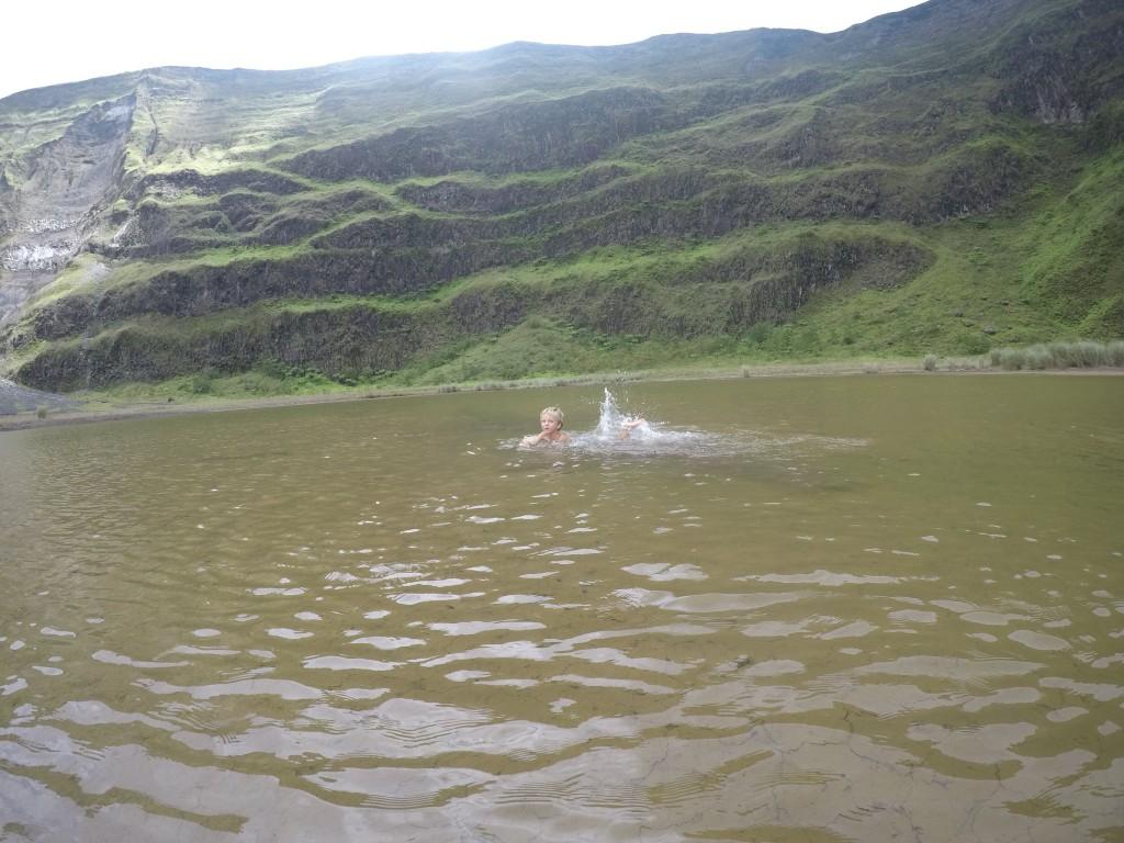 Fritz schwimmt im Kratersee
