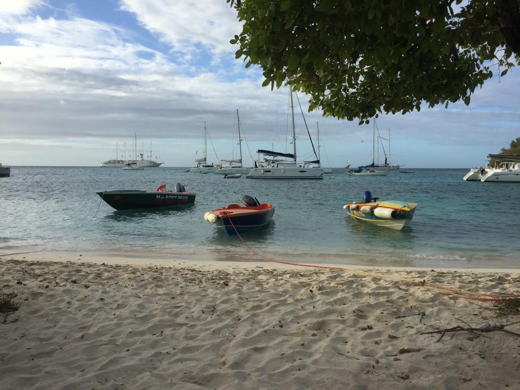 Bunte Serviceboote am Strand