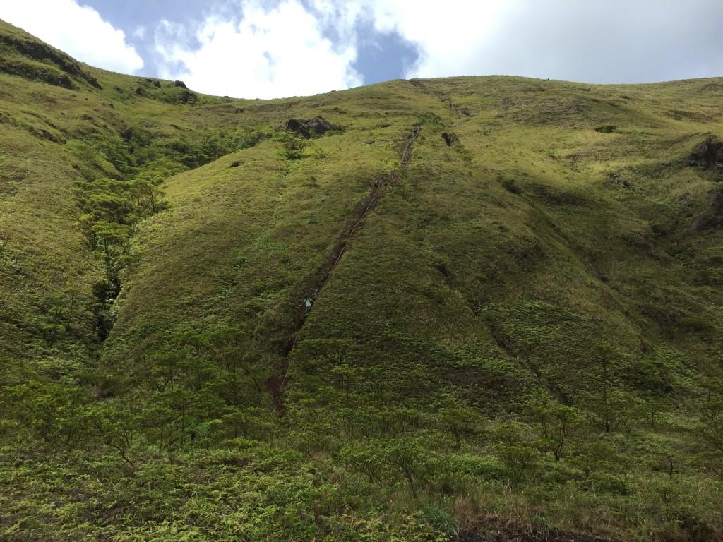 Rückblick auf den steilen Abstieg in den Krater